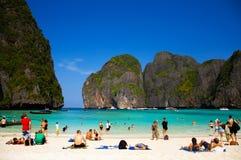 Turister på den vita strandPhi Phi ön och turkosAndaman havet Arkivfoton