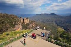 Turister på det blåa berget i New South Wales Royaltyfria Bilder