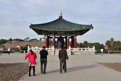 Turister på det koreanska kamratskapet Klocka Royaltyfri Bild