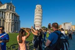 Turister på det lutande tornet av Pisa Arkivbild