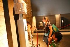 Turister på det Luxor museet - Egypten Arkivfoton