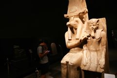 Turister på det Luxor museet - Egypten Royaltyfri Foto