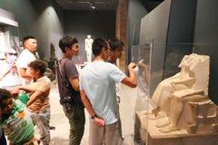 Turister på det Luxor museet - Egypten Arkivbilder