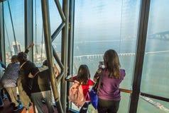 Turister på det Macao tornet Royaltyfri Bild