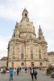 Turister på Dresden Frauenkirche Royaltyfri Bild