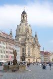 Turister på Dresden Frauenkirche Royaltyfri Foto