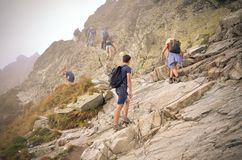 Turister på en bergslinga Arkivbild