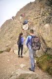 Turister på en bergslinga Arkivfoton