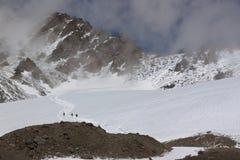 Turister på en glaciär som stiger ned Arkivfoto