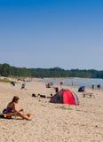 Turister på en strand - banker, Ontario Royaltyfri Foto