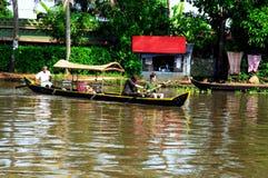 Turister på ett fartyg på en kanal av Kerala Royaltyfria Foton
