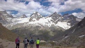 Turister på ett passerande i fjällängarna stock video