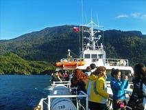 Turister på ett skepp i söderna av Chile arkivfoto