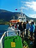 Turister på ett skepp i söderna av Chile royaltyfria bilder