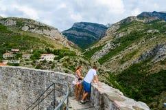 Turister på fästningväggar av citadellen beundrar sikter av berg Fotografering för Bildbyråer
