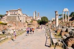 Turister på fördärvar av den forntida Roman Forum i centrala Rome Royaltyfria Foton