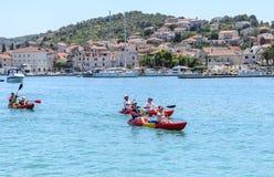 Turister på fartyg croatia trogir Fotografering för Bildbyråer