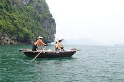 Turister på fartyg i Vietnam Arkivbild