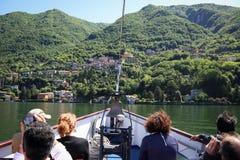 Turister på fartyget turnerar på sjön Como Royaltyfri Foto