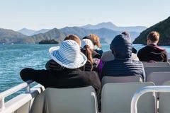 Turister på fartygkryssning i Marlborough ljud Royaltyfri Bild