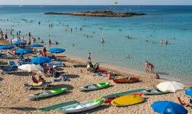 Turister på fikonträdfjärden Protaras, Cypern Royaltyfri Bild