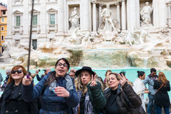 Turister på Fontana di Trevi Arkivfoton