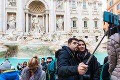 Turister på Fontana di Trevi Fotografering för Bildbyråer