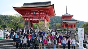 Turister på Fushimien Inari-taisha i Kyoto, lager videofilmer