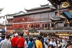 Turister på fyrkant i gammal stad av Shanghai, Kina Royaltyfria Foton