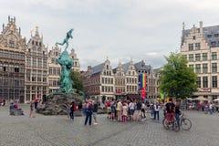 Turister på fyrkantiga Grote Markt som är i stadens centrum i den medeltida staden Antwerp Royaltyfri Foto