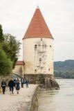 Turister på gästgivargårdpromenaden i Passau Royaltyfri Foto
