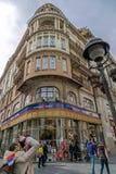 Turister på gångaren och den kommersiella gatan Knez Mihailova Royaltyfria Foton