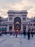 Turister på Galleria Vittorio, Milan, Italien royaltyfria bilder