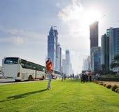 Turister på gatan av skyskrapor i Dubai Arkivbild