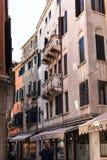 Turister på gatan i den Venedig staden Royaltyfri Fotografi
