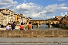 Turister på gatorna av Florence, Italien arkivbilder