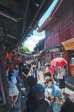 Turister på gatorna av Lijiang den gamla staden Arkivfoton