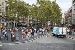 Turister på gatorna i den europeiska staden för sommar av Barcelona arkivbild