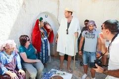 Turister på grottmänniskahemmet Arkivbilder