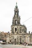 Turister på Hofkirchen i Dresden Arkivbild