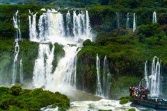 Turister på Iguazu Falls royaltyfri foto