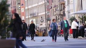 Turister på Innsbruck' gammal stad för s stock video