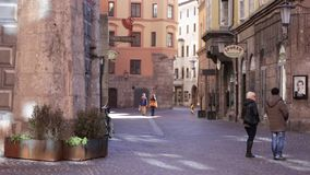 Turister på Innsbruck' gammal stad för s lager videofilmer