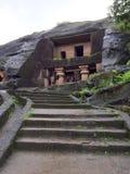 Turister på Kanheri grottor i Mumbai Arkivbild