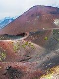 Turister på kant mellan stora krater på Etna Royaltyfria Foton