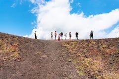 Turister på kanten av den gamla krater av den Etna vulkan Royaltyfri Fotografi