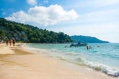 Turister på Kata Noi sätter på land - en av de bästa stränderna i Phuket Royaltyfria Bilder