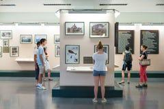 Turister på krigkvarlevamuseet i Saigon, Vietnam Royaltyfria Foton