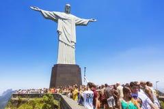 Turister på KristusFörlossarestatyn i Rio de Janeiro, Brasilien Royaltyfri Foto