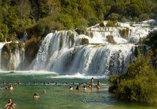 Turister på Krka vattenfall av den Krka nationalparken, Kroatien Fotografering för Bildbyråer